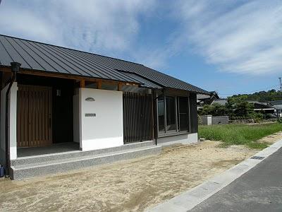 伝統素材の焼板と漆喰と化粧垂木、、、、 ガルバリウム屋根と格子とガラス屋根が調和した現代風外観