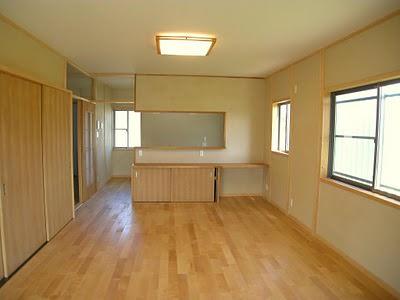 カエデの床が美しい明るいリビング