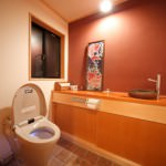 ベンガラ塗のトイレ