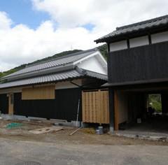 北側の母屋と車庫